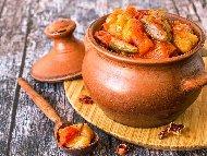 Рецепта Печена наденица със зелен боб (фасул), картофи и чушки в глинено гърне на фурна